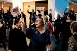 Příznivci Inuitského společenství slaví vítězství ve volbách