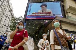 Přenos vyjádření správkyně Lamové na obrazovce v Hongkongu