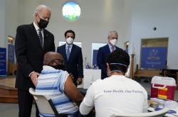 Joe Biden na návštěvě vakcinačního centra ve Virginii