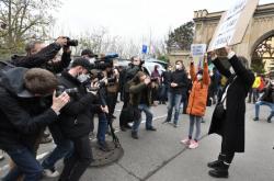 Před budovou ruského velvyslanectví se sešli protestující
