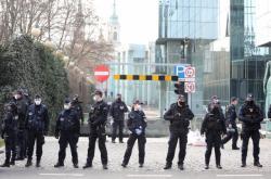 Policisté stojí před budovou varšavského Nejvyššího soudu během středečních protestů