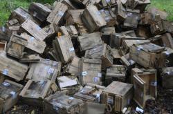Prázdné krabice od munice po výbuchu továrny na výbušniny v bulharském Gorném Lomu v říjnu 2014
