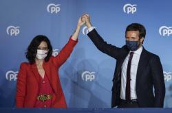 Vítězka voleb Isabel Díazová Ayusová a šéf lidovců Pablo Casado