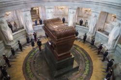 Ceremonie u Napoleonova sarkofágu v pařížské Invalidovně