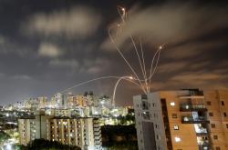 Nebe nad Aškelonem protkané světlem ze střetů raket a protiraketového systému