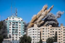 Sestřelení budovy, ve které sídlili novináři a údajně i teroristé