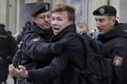 Zadržený běloruský novinář Raman Pratasevič na snímku z demonstrací z roku 2017