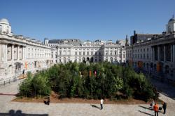 Dílo Les pro změnu londýnského designového bienále je vystaveno před Somerset House