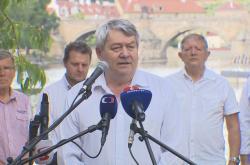 Předseda KSČM Vojtěch Filip na předvolebním brífinku