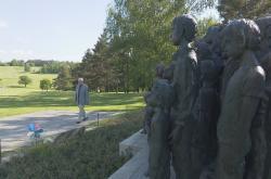 Jan Kučera u lidického památníku