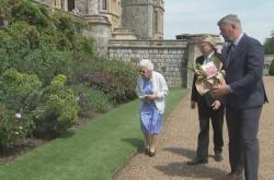 Britská královna Alžběta uctila památku zesnulého manžela růží