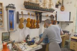 Vězni na Trutnovsku už 20 let dětem vyrábí a opravují hudební nástroje
