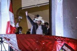 Pedro Castillo slaví vítězství ve volbách