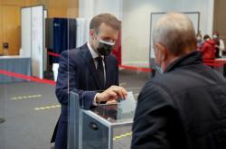 Emmanuel Macron odevzdává hlas v regionálních volbách