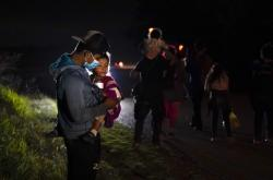Děti při přechodu americko-mexických hranic