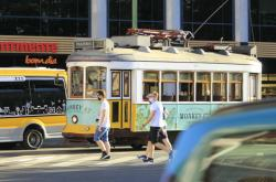 Lidé s rouškami v Lisabonu