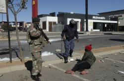 JAR do řešení nepokojů povolala vojáky