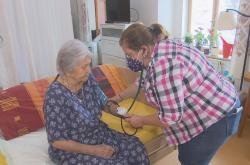 Zdravotní sestra v domově pro seniory