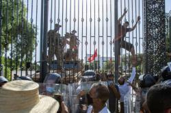 Bezpečnostní opatření u parlamentu, kde se sešli příznivci a odpůrci kroků prezidenta
