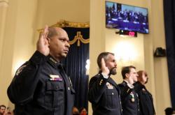 Policisté popsali své otřesné zážitky ze zásahu u Kapitolu