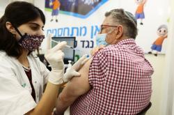 Izraelci starší 60 let dostávají třetí dávku očkování proti covidu-19