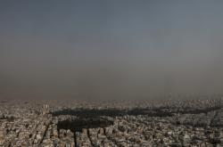 Atény zahaléné v kouři z lesních požárů