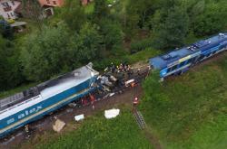 Na jednokolejné trati u obce Milavče na Domažlicku se 4. srpna ráno srazil expres z Mnichova s protijedoucím regionálním osobním vlakem, tři lidé na místě zemřeli, desítky dalších byly zraněny.