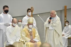 Farář Pavel Hověz (vpravo) při slavnostním požehnání kostela v Brně-Lesné