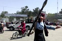 Bojovník Talibanu u kábulského letiště