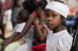 Dívka s poraněním hlavy u mobilní lékařské stanici ve městě Maniche
