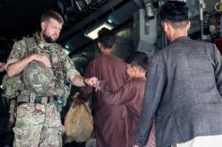 Britští vojáci během evakuace na letišti v Kábulu
