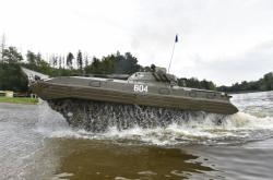 Armáda v Myslejovicích procvičuje překonávání toku plavbou 14tunovými BVP-2