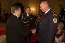 Prezident Václav Havel předal v roce 2002 Medaili Za hrdinství Radkovi Andrlemu