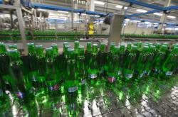 Plnicí linka skleněných lahví