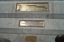 Tabulka s imperiálními mírami na Trafalgarském náměstí v Londýně