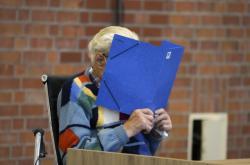 Josef S. si u soudu zakrýval obličej