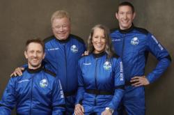 William Shatner, druhý z eva, v posádce Blue Origin