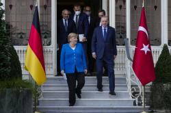 Merkelová a Erdogan přicházejí na tiskovou konferenci