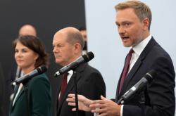 Volební lídři Baerbocková (Zelení), Scholz (SPD) a Lindner (FDP)