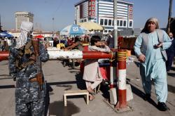 Členové Talibanu hlídkují v ulicích Kábulu