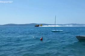 Hasicí letadla nabírají vodu z moře u Zadaru