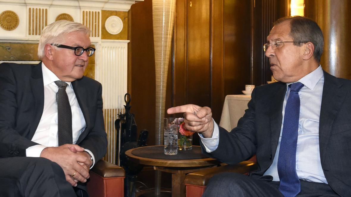 Ministři zahraničí Německa a Ruska Frank-Walter Steinmeier a Sergej Lavrov