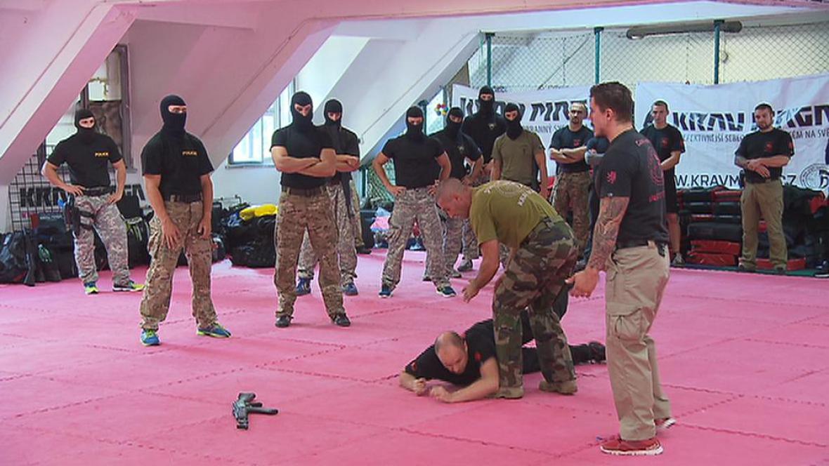 Česká policie cvičí bojové umění Krav Maga