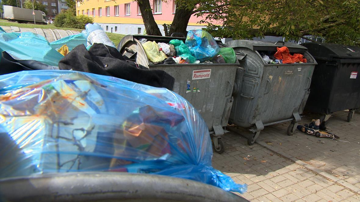 Některé kontejnery v Plzni už dva týdny nikdo nevyvezl