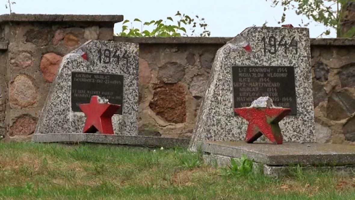 Poničené hroby sovětských vojáků v Milejczycích