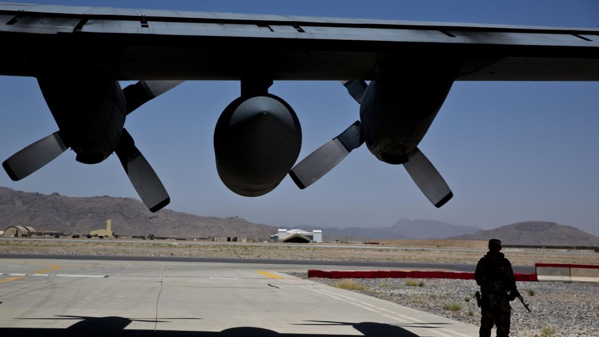 Voják NATO pod křídlem amerického letounu Herkules C-130