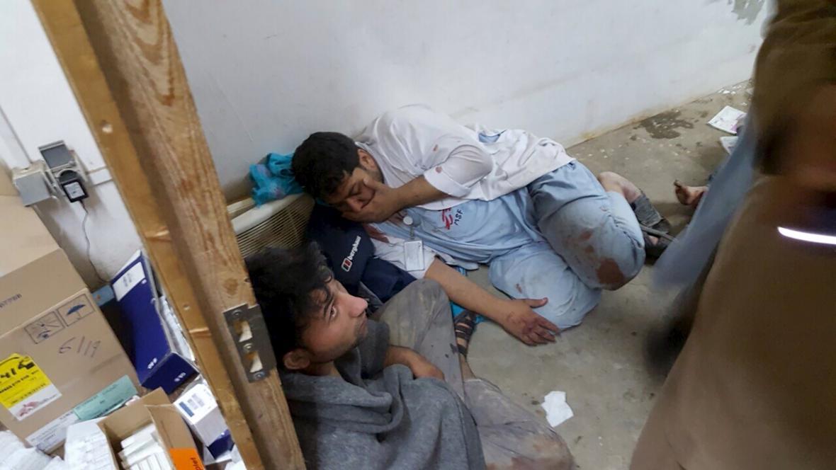 Personál nemocnice MSF v Kunduzu po zásahu budovy bombami