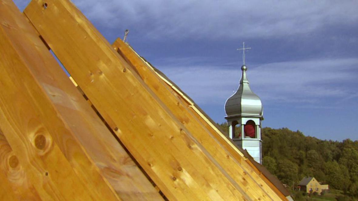 Na kostel svatého Mikuláše v Petrovicích se vrátila sanktusní věžička