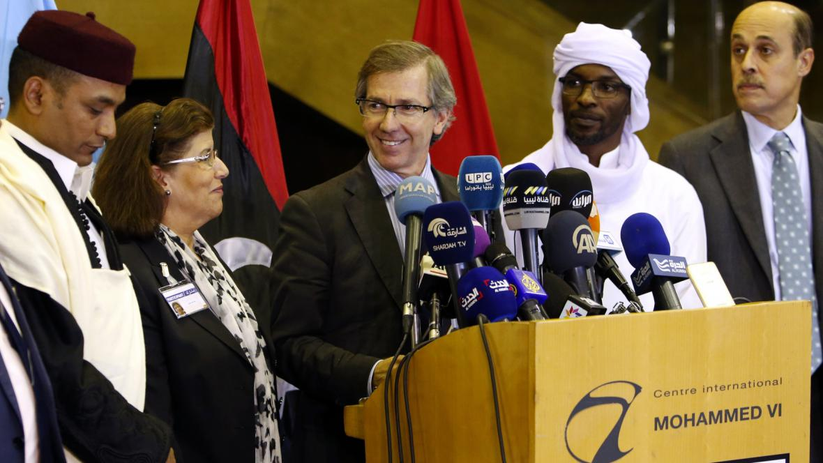 Zmocněnec OSN Bernardino Leon ohlašuje, že se v Libyi podařilo vyjednat vládu národní jednoty