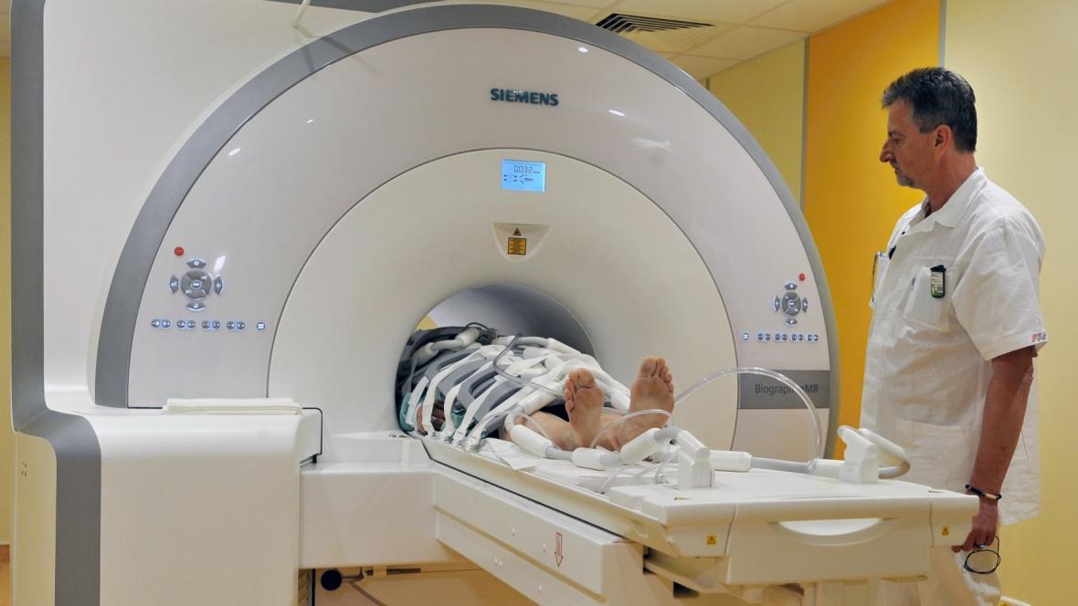 Přístroj kombinující magnetickou rezonanci s tomografií ve Fakultní nemocnici v Plzni